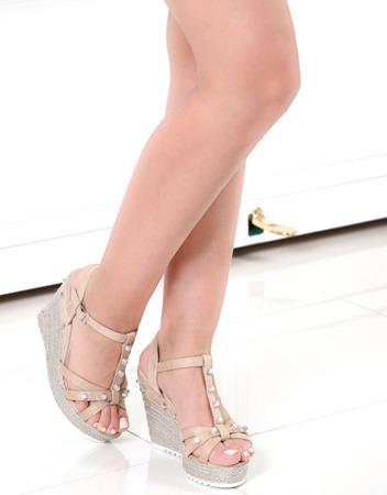 Beżowe sandały na koturnie - Obuwie