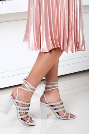 Szare sandały na słupku - Obuwie